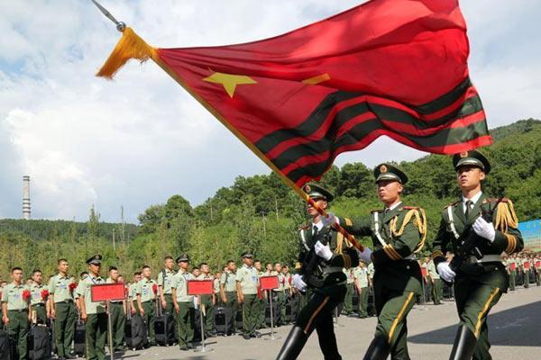 四川数千名武警退役士兵向军旗告别踏上返乡征程