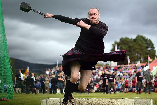 英女王亮相苏格兰高地运动会 壮汉穿裙装掷链球画风有趣