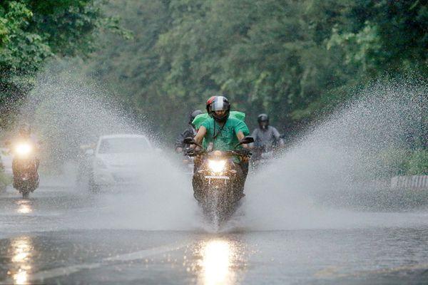 """印度新德里降暴雨引发市区洪涝 市民骑车出行如""""冲浪"""""""