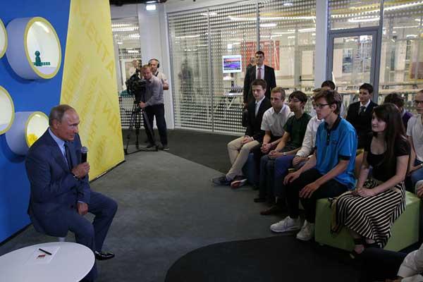 俄总统普京参观索契儿童教育中心  与学生对坐交流