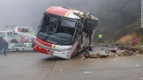 厄瓜多尔一辆大巴车翻车 致11人死亡37人受伤(图)