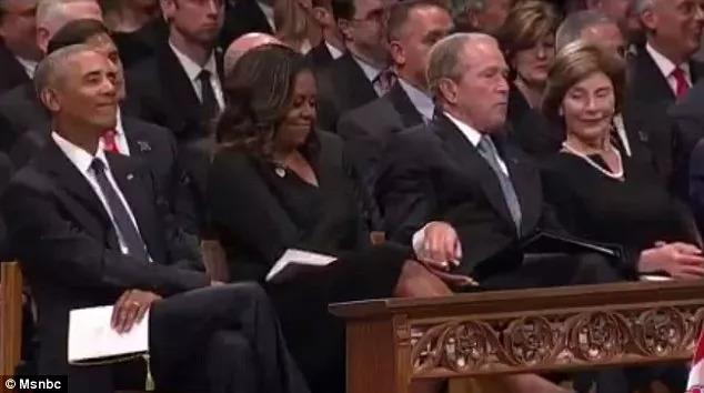 """小布什与奥巴马夫人的""""暖心甜蜜"""",竟在麦凯恩葬礼上曝光"""