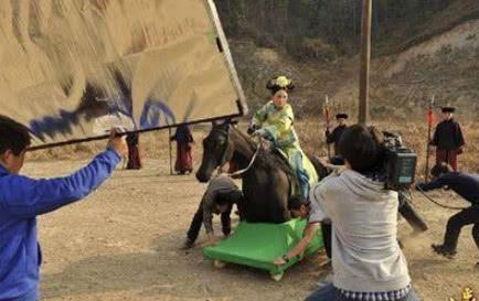 明星拍骑马戏,用的都是道具马,他让人扛着跑!