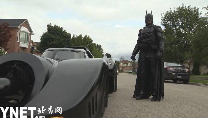 男子扮蝙蝠侠驾蝙蝠车上路被交警拦停 司机都不看路全看你了!