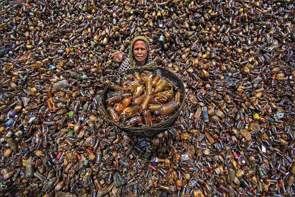 """孟加拉""""塑料垃圾海洋"""",工人不知疲倦分拣数百万塑料瓶"""
