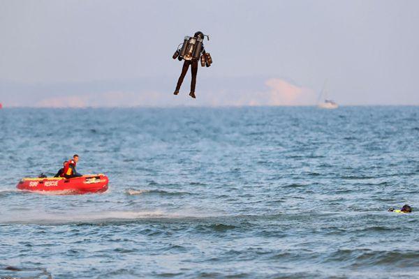 """钢铁侠?英国""""喷气式火箭人""""炫技时意外坠海"""