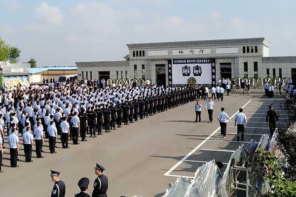 山东寿光:上万群众送别抗洪牺牲辅警 沿路千余米
