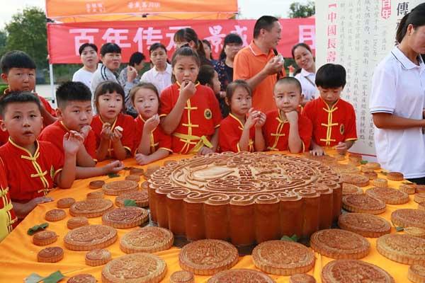 """河南商丘:""""长寿乡""""现巨型月饼迎中秋"""