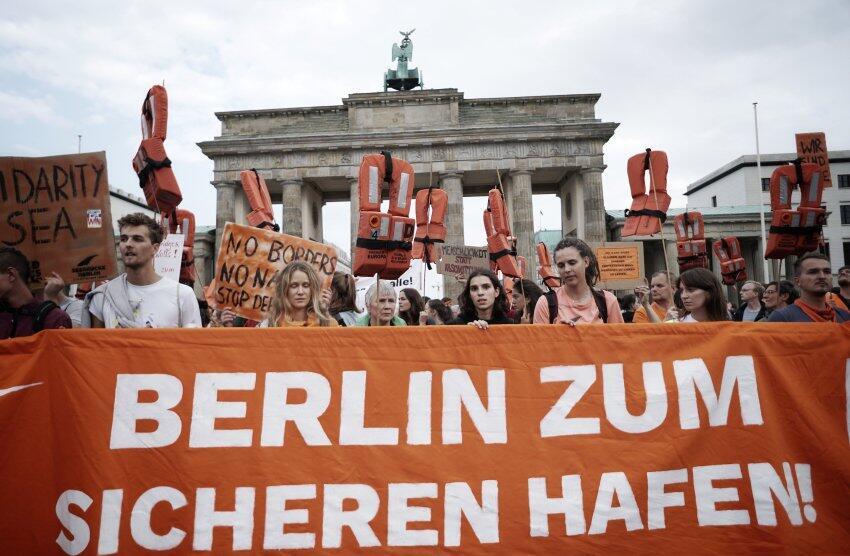 德国柏林汉堡爆发游行示威 要求柏林参院自愿接收地中海难民