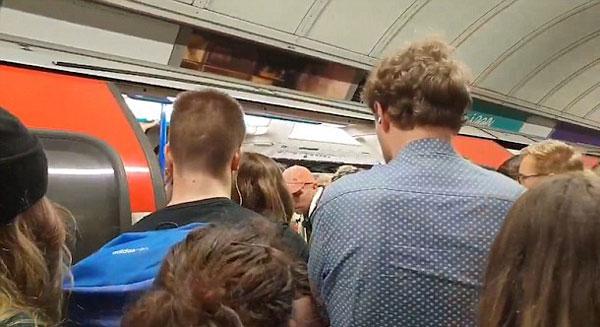 英地铁站长广播指引乘客上车 语气火爆似足球教练