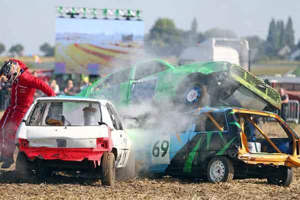 """开着""""破""""车去比赛!法国另类汽车竞技赛让人大开眼界"""