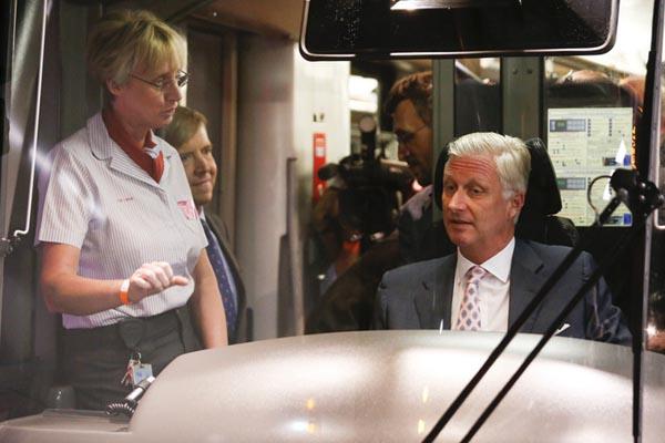 比利时国王出席有轨电车线路开通仪式 亲自试驾兴致勃勃