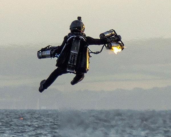 英喷气背包特技飞行员遭遇引擎故障 不幸落水