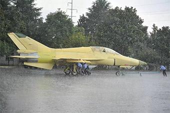 贵飞人冒瓢泼大雨向试飞站移交多架份山鹰飞机