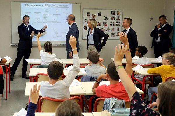 """法总统马克龙新学期走访一中学 """"客串老师""""与学生互动"""