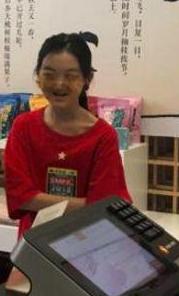 李嫣现身看画展 网友:变得这么漂亮