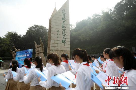 南京市第十三中学锁金分校学生诵读诗歌《我的抗战》。 泱波 摄