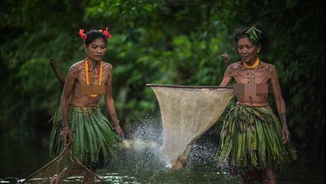 一个被遗忘的原始部落,女人不穿衣住草屋,纹身的图案很神秘