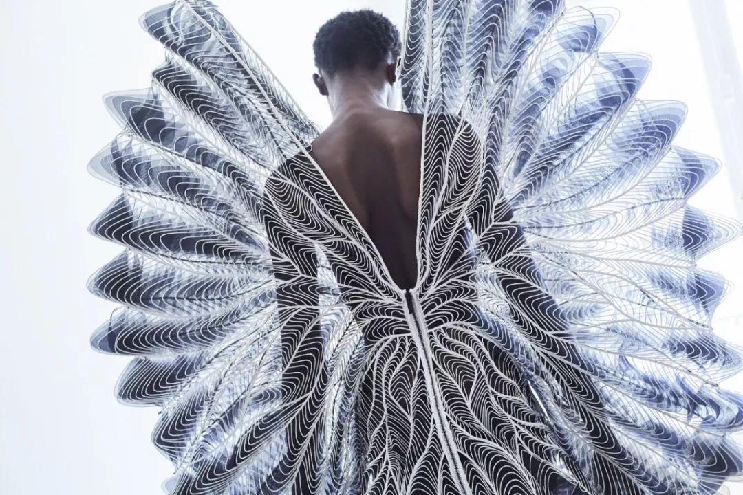 充满未来感的艺术时装竟然这么美!
