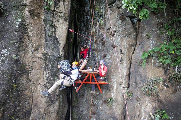 满屏狗粮!危地马拉小伙330英尺高空上演浪漫求婚