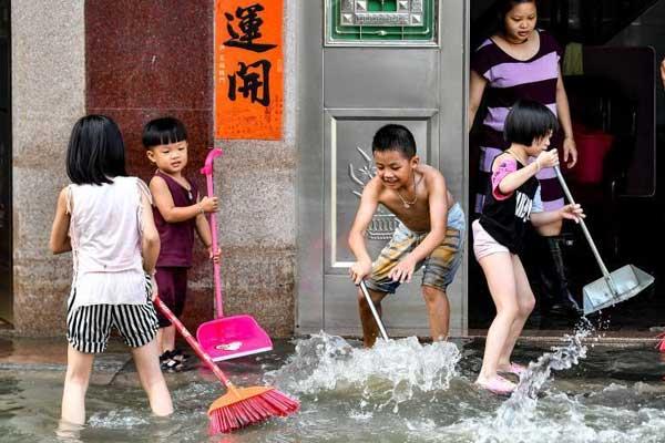 广东汕头积水渐退 民众清理积水