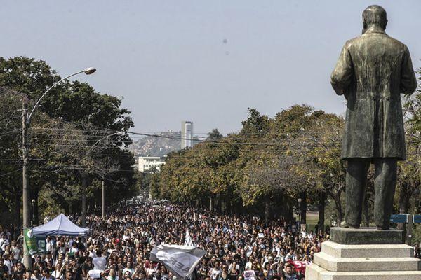 巴西国家博物馆大火仅10%藏品幸存 民众示威抗议火灾