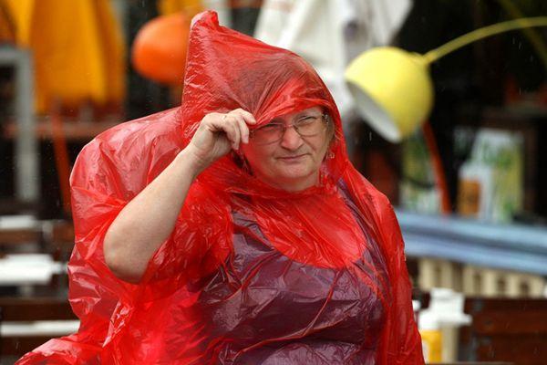 """热带风暴""""戈登""""登陆佛州掀起惊涛骇浪 美发布飓风观察预警"""