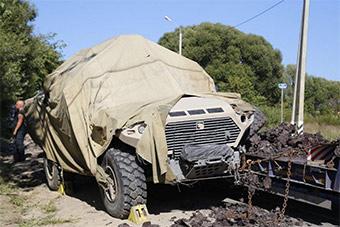 """俄罗斯离奇车祸 新型装甲车车轮""""身首异处"""""""