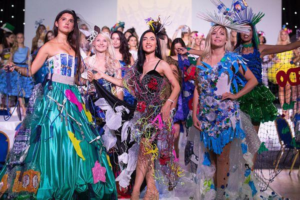 英国举行英格兰小姐选美 佳丽身穿环保主题服装