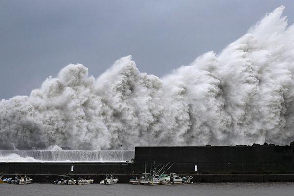 """强台风""""飞燕""""登陆日本 海岸掀起惊涛骇浪"""