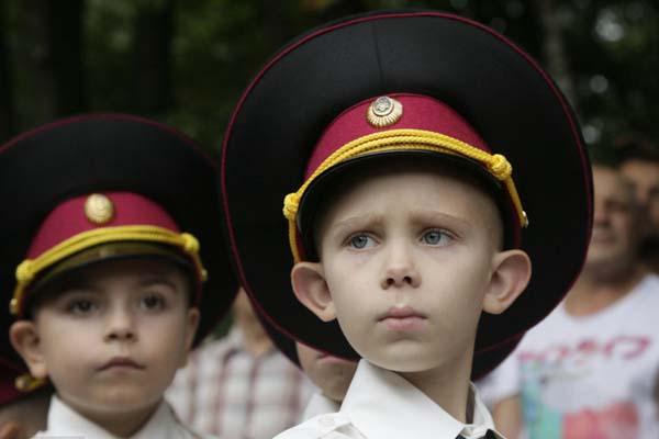 乌克兰少年军校庆?!爸度铡?小学员着军装返??峥徇?