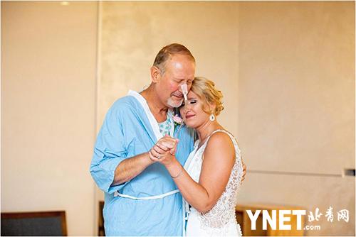 婚礼当天父亲因病住院无法参加婚礼 新娘绕道去医院只为与父亲共舞