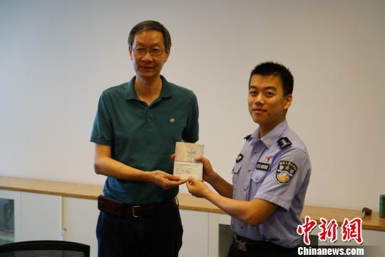 """上海自贸区颁发首张加注""""兼职""""工作居留许可"""