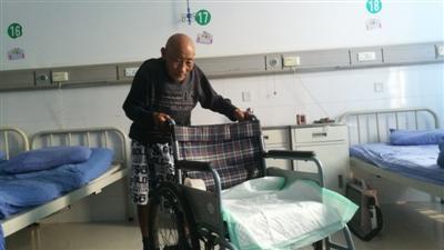 老人被撞入院花12万 可出院家属却不来接:压力大