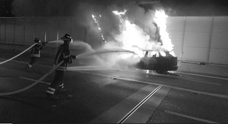 宝马X5东快路上自燃火势猛烈引燃隔音板