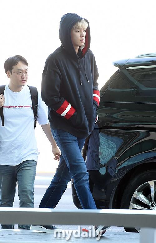 纯素颜!EXO朴灿烈飞赴上海参加活动 揉眼睛似刚睡醒