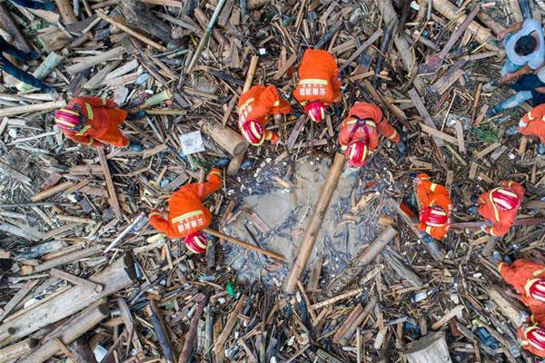 云南麻栗坡山洪泥石流灾害现场救援继续进行