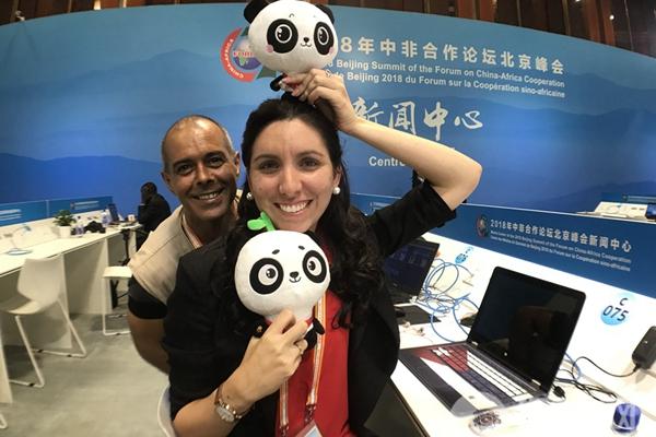 中非合作论坛北京峰会新闻中心大厅 中外记者合影留念