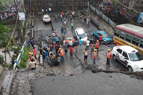 印度加尔各答一高架桥坍塌 致6人受伤多人被困