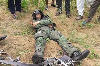 印度米格27坠机现场图曝光 飞行员躺地现身