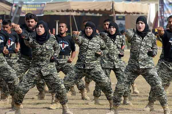 巴基斯坦边防女警参加演习迎接国防日 动作英姿飒爽