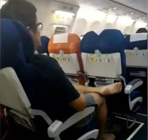 """""""霸座男""""后又见飞机""""抖脚男"""" 网友:隔着屏幕都臭"""