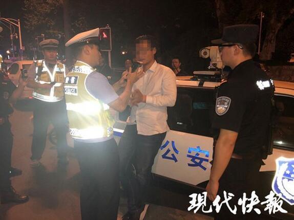 男子在南京闹市区醉驾飙车,交警:时速约160码,还没驾照
