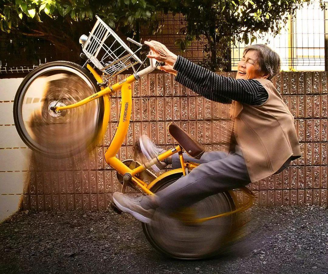 90岁玩自拍的她吸粉20万,活得比18岁还精彩!