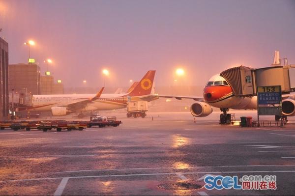 今晨成都机场遭雷暴袭击 已取消20个航班