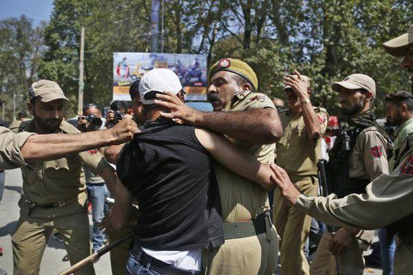 印控克什米尔教师抗议要求获更好薪资待遇 与警察激烈冲突