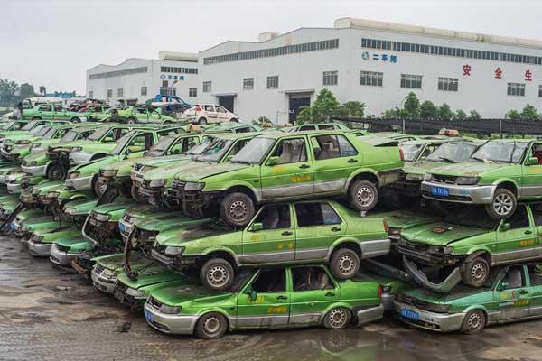 400余辆仿冒出租车堆积如山 现场处置车辆6分钟被肢解