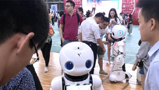 """""""刷脸""""报到、法律机器人 高校迎新报到让你大开眼界"""