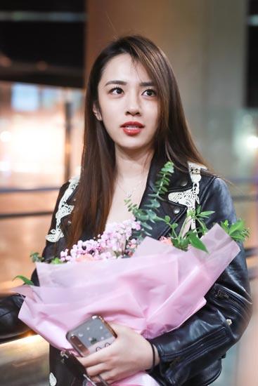 [星娱闻]王晓晨现身机场美腿抢镜 与粉丝热聊心情大好