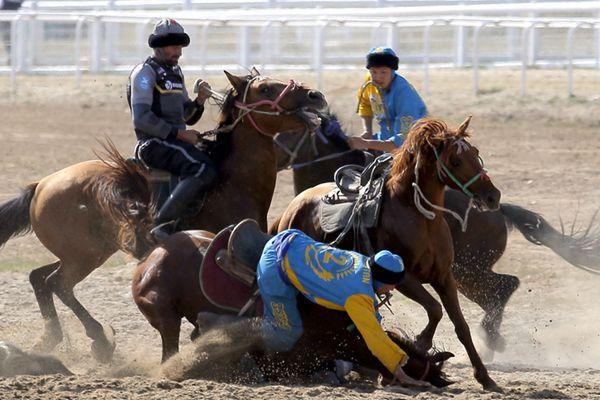 世界游牧民族运动会开赛 选手纵马抢羊摔个人仰马翻